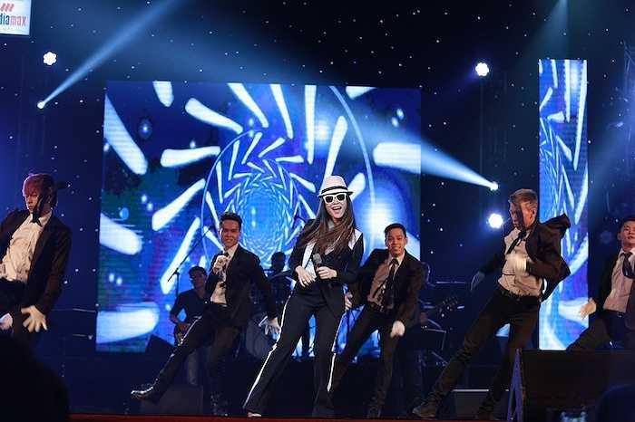 Mở đầu đêm nhạc, Mỹ Tâm đã khiến khán giả 'đứng ngồi không yên' với giai điệu sôi động cùng Do it (Niềm tin) và Trắng đen.