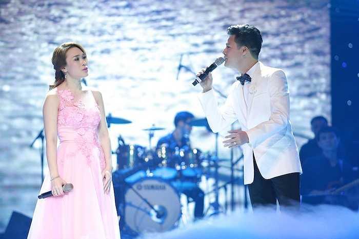 Nam ca sỹ Quang Dũng xuất hiện trong sự hò reo của khán giả. Anh đã mang đến chương trình hai ca khúc: Tuyết rơi mùa hè và Vì đó là em.