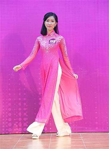 Tham gia phần trình diễn trang phục tự chọn, nhiều thí sinh lựa chọn trang phục áo dài với nhiều kiểu dáng, màu sắc khác nhau.