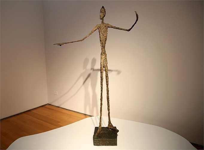 Bức tượng có tên 'Pointing Man' của họa sĩ Alberto Giacometti là một trong những món đồ xa xỉ khi được đem ra đấu giá ở mức 141 triệu USD. Bức điêu khắc được hoàn thành vào năm 1947 chỉ trong 9 giờ. Tuy nhiên số tiền nó đem lại thì không hề nhỏ.
