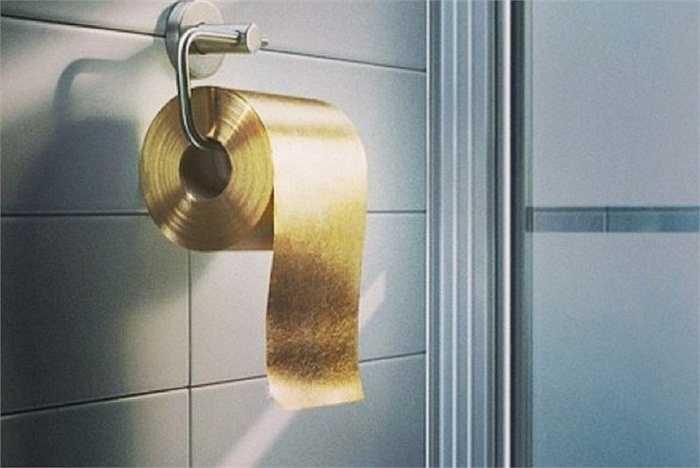 Thay thế giấy vệ sinh hàng ngày bằng cuộn vàng 1,3 triệu USD có lẽ là điều điên rồ nhất những đại gia từng nghĩ đến. Sử dụng giấy vệ sinh dát vàng đồng nghĩa với việc những bụi vàng sẽ rơi xuống sàn nhà và hàng triệu đô la sẽ trôi đi mỗi năm.