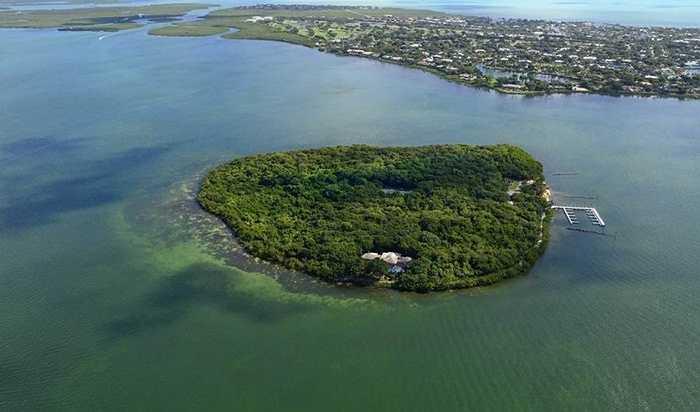 Sở hữu một hay vài hòn đảo cũng là độc quyền của giới đại gia. 10 phút ngồi trên trực thăng và tận hưởng dịch vụ cao cấp trong căn biệt thự hướng ra biển trên hòn đảo trị giá 110 triệu USD của chính mình – điều không tưởng đối với người bình thường.