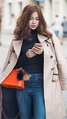 Bộ trang phục casual với áo thun đen sơ vin với quần jeans cạp cao nhằm tăng chiều dài cho đôi chân.