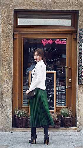 Với trang phục đời thường, cô trung thành với các thương hiệu bình dân như Zara, Hm hay Topshop. Còn phụ kiện cô yêu thích các thương hiệu nổi tiếng như LV hay Dior…