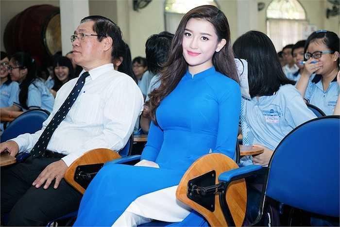 Á hậu Huyền My vừa có buổi giao lưu với các học sinh trường THPT Lê Hồng Phong.