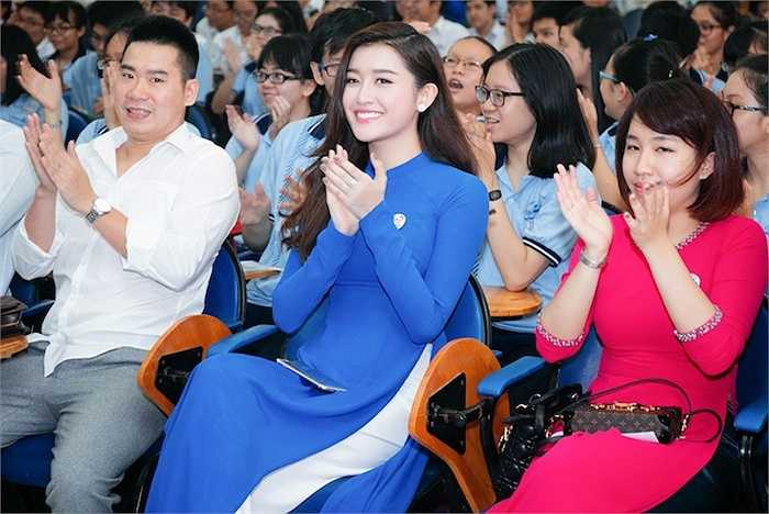 Cô diện áo dài màu xanh nổi bật đến dự sự kiện.