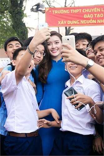 Cô rất thân thiện, chăm chỉ chụp hình với các fan.