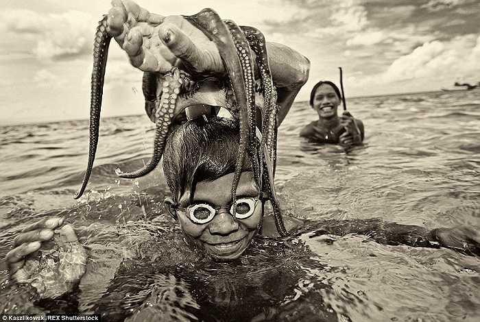 Nụ cười rạng rỡ trên khuôn mặt của những ngư dân với thành quả lao động