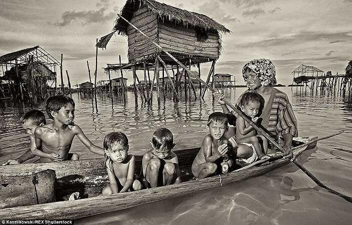 Người Badjao sống trong những ngôi nhà tạm bợ hoặc thuyền gỗ ở những vùng nước nông gần một hòn đảo nhỏ ngoài khơi bờ biển Borneo, xung quanh vùng biển giữa Indonesia, Philippines. Họ không được công nhận quốc tịch