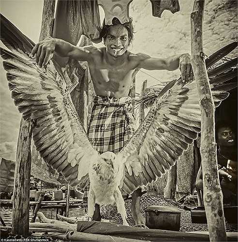 Một thanh niên khỏe mạnh khoe sải cánh khổng lồ của con đại bàng