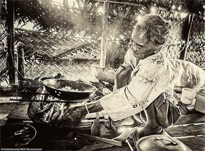 Người phụ nữ nấu bữa tối trong một căn bếp nhỏ