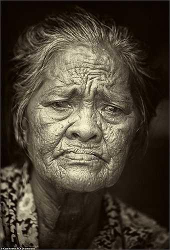 Chân dung của một trong những người già nhất trong bộ lạc Badjao. Số người cao tuổi trong bộ lạc này ngày càng nhiều do những người trẻ tuổi đang dần bỏ thói quen sống trên biển của tổ tiên