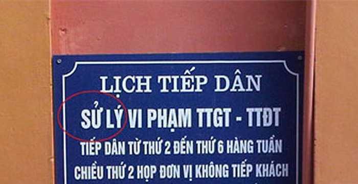 Một tấm biển thông báo tại cơ quan nhà nước, chữ 'Xử lý' đã bị viết nhầm thành 'sử lý'.