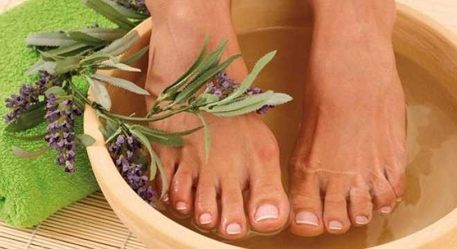 Ngâm chân trong nước ấm. Một trong những cách tốt nhất để chăm sóc cho da chân là thường xuyên ngâm chân vào nước ấm. Để hiệu quả hơn, bạn có thể cho thêm một chút dầu thực vật hoặc một vài loại thảo dược vào nước ấm. Sau khi ngâm chân, hãy lau khô và thoa một chút kem dưỡng vaseline vào chân trước khi bạn bước ra khỏi nhà.