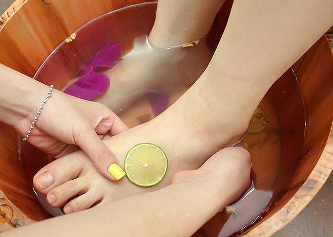 Liệu pháp quả chanh. Bạn có thể ngâm chân trong nước ấm và cho một ít nước ép quả chanh vào. Chanh đóng vai trò như một chất oxy hóa tự nhiên và giúp phòng tránh tình trạng da khô. Nên sử dụng một bàn chải và chà nhẹ bàn chân, cách này giúp loại bỏ tế bào da chết.