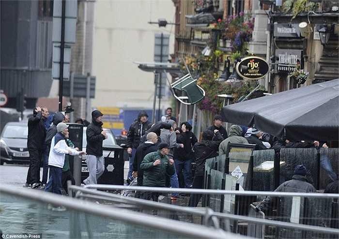 Bên ngoài quán bar Sinclair's Oyster ở trung tâm thành phố Manchester, CĐV Sevilla bất ngờ gây rối