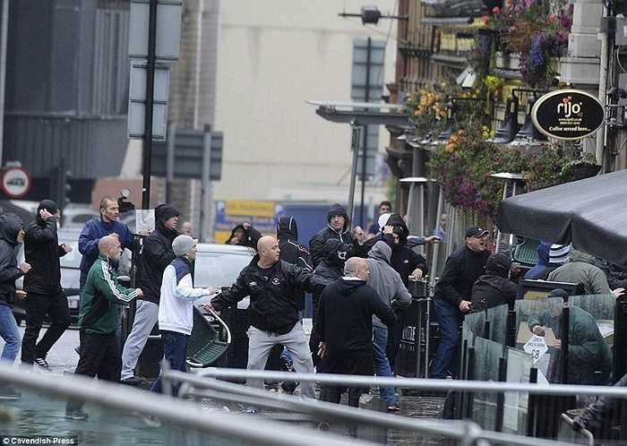 Có khoảng hơn 20 người đến từ Tây Ban Nha đã gây hấn, trước khi xô xát với người hâm mộ nước Anh ở đây