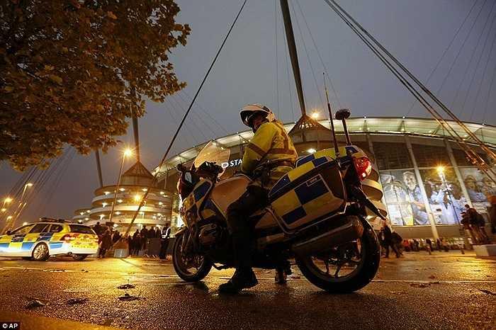 Ngay sau sự cố, rất nhiều cảnh sát đã được huy động để đảm bảo an toàn cho trận đấu