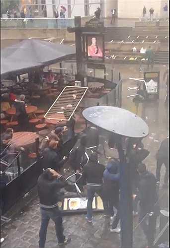 Ảnh chụp từ camera ghi hình ngoài quán bar. Các CĐV Sevilla cầm bàn ghế hay bất cứ thứ gì có thể để ném về phía đối phương