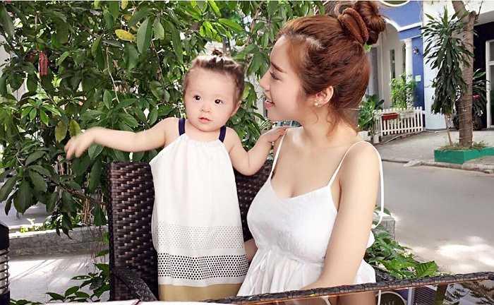 Dù đã là mẹ của một nhóc tì xinh xắn, nhưng Elly Trần vẫn giữ vẻ xinh đẹp như thời con gái.