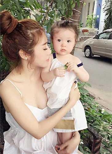 Kín tiếng khi mang bầu, sau đó bất ngờ khoe cô công chúa xinh đẹp, Elly Trần khiến không ít người bất ngờ.