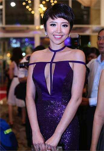Chiếc đầm với những khoảng hở dạn dĩ giúp Tóc Tiên khoe trọn đường cong nhưng không phản cảm.