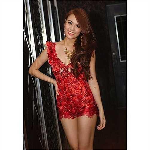 Hoàng Thuỳ Linh rất biết cách dùng trang phục để đường cong tuyệt đẹp của mình.