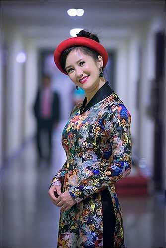 Nữ diva khoe nhan sắc bất chấp tuổi tác trong bộ trang phục khá truyền thống.