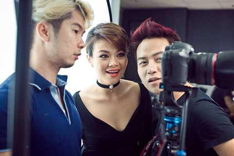 """Hậu trường thực hiện bộ ảnh mới của nữ ca sĩ Nguyễn Hải Yến có nhiều tiếng cười khi cả êkip vui vẻ và cùng nhau góp ý tưởng để giúp nữ ca sĩ """"lột xác""""."""