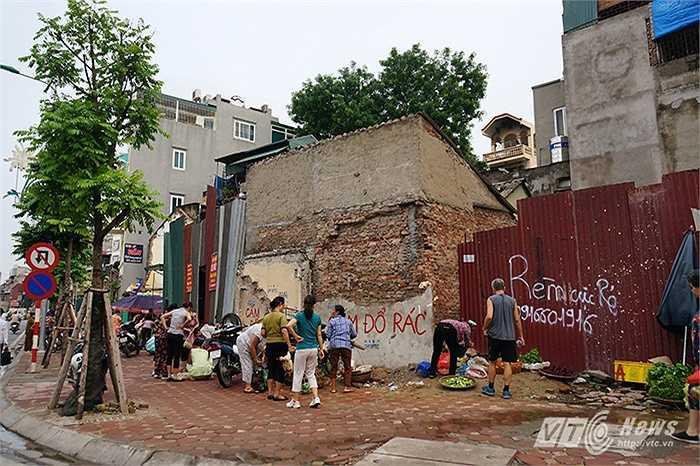 Vỉa hè trở thành nơi họp chợ cóc vào mỗi buổi sáng – chiều trong ngày.