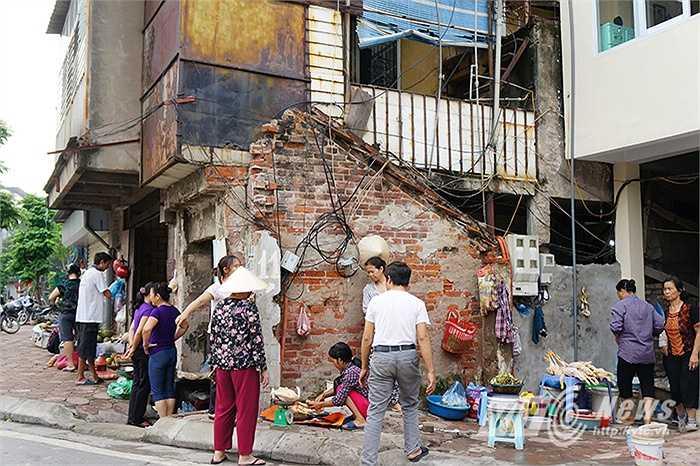 Những ngôi nhà xiên xẹo, méo mó vì diện tích bị thu hẹp lại chỉ còn một nửa hay 1/3 lộ ra trên mặt con phố trăm tỉ giữa Thủ đô Hà Nội.