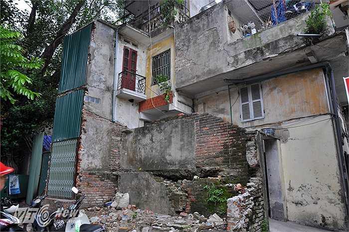 Hình ảnh những mảng tường đổ vỡ, nứt nẻ xuất hiện khắp nơi trên đoạn phố Trần Phú mới này.