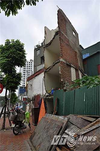 Một ngôi nhà với hình dáng kì dị, tồn tại sau khi đoạn đường được mở. Theo người dân ở đây cho biết, hiện nay ngôi nhà này không có chủ ở. Nhưng đang được cho một nhóm công nhân ở nhờ.