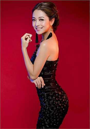 Mặc dù đã có hai con nhưng Jennifer Phạm vẫn đẹp rạng ngời. Phong cách và trí tuệ của cô cũng khiến người khác nể phục. Đó cũng là điểm khiến phái mạnh dành nhiều tình cảm cho cô.