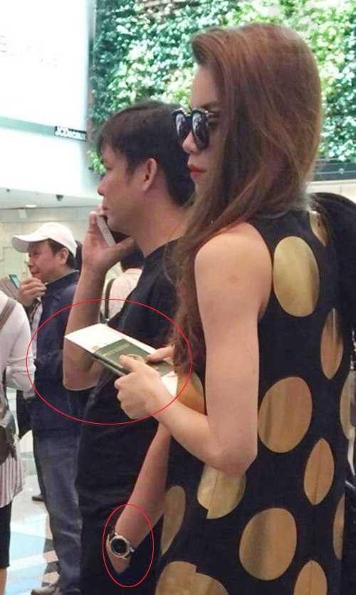 Hình ảnh được cho là của Hồ Ngọc Hà và bạn trai đại gia tại sân bay ở Singapore.