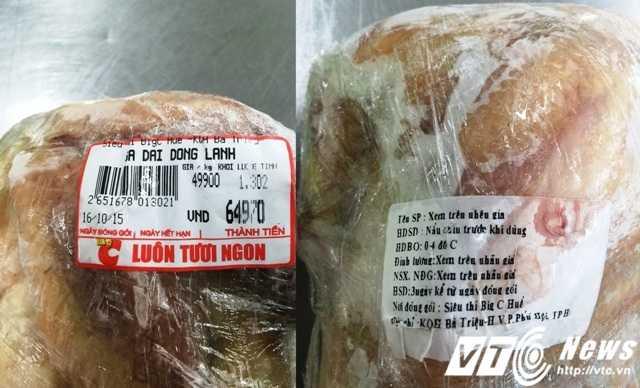 """Mặt hàng """"gà dai đông lạnh"""" đã hết hạn sử dụng (căn cứ trên tem của sản phẩm) nhưng vẫn được bày bán (Ảnh: Nguyễn Vương)"""