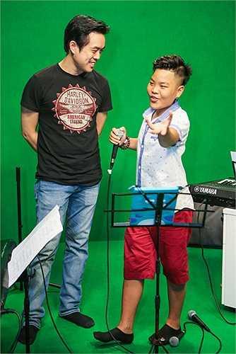 Còn bố Tiến Quang đã sắp xếp công việc để vào thành phố Hồ Chí Minh chăm sóc Tiến Quang trong suốt khoảng thời gian con trai xuất hiện trong Giọng hát Việt nhí 2015.
