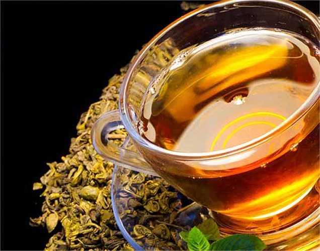 Trà xanh: chất catechin có trong trà xanh giúp loại bỏ các gốc tự do và cải thiện chức năng gan, nó giúp giải độc.