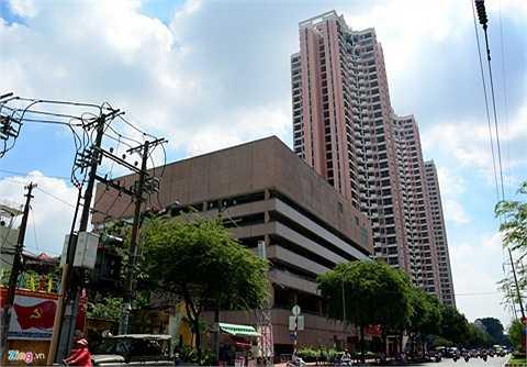 Toàn bộ khu phức hợp này dài khoảng hơn 100 m nằm trên đường Hồng Bàng.