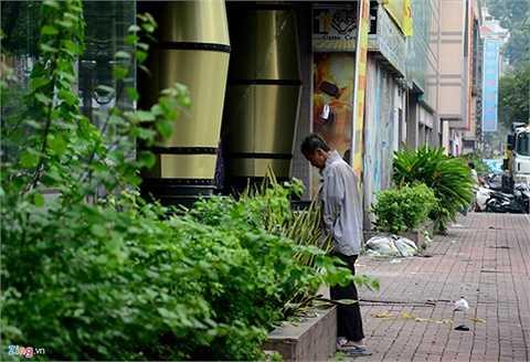 Mặt tiền trên đường Hồng Bàng trở thành 'nhà vệ sinh công cộng'.