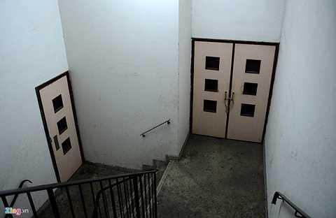 Bên trong, các cánh cửa đã được khoá chặt. Những người không liên quan, hoặc không sống trong toà nhà khó có thể vào được.
