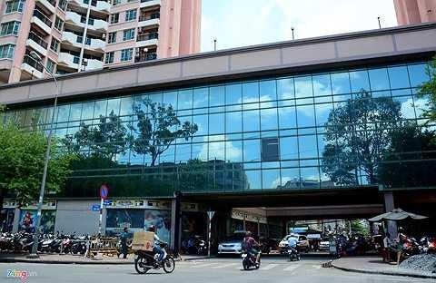 Ở Thuận Kiều Plaza có một con đường chạy xuyên bên dưới tòa nhà.