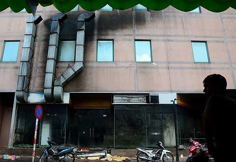 Xung quanh toà nhà, đặc biệt ở phía dọc đường Tân Hưng, là những mảng tường đen bẩn, phía dưới đầy rác.