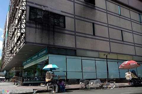 Dấu tích đen nhẻm của bức tường vẫn còn sau vụ cháy khu nhà hàng năm 2009. Kể từ đó, nơi đây ngừng hoạt động và lề đường trở thành địa điểm bán gia cầm.