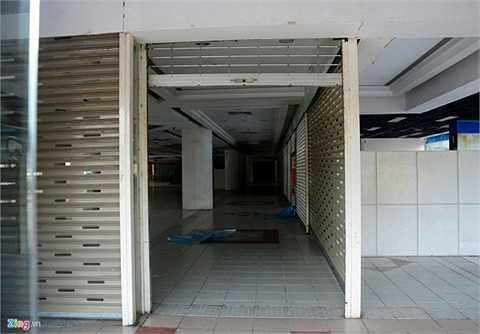 Bên trong khu thương mại chỉ còn lại những gian hàng trống không.