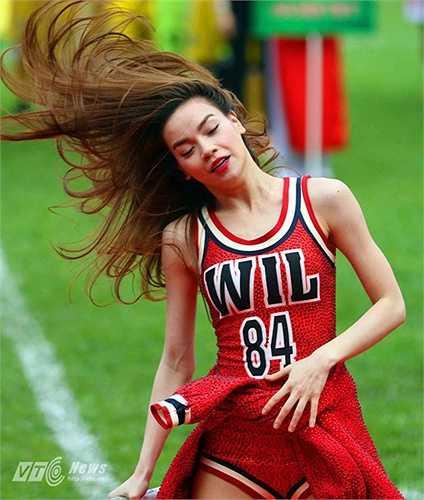Cô mang đến những vũ điệu sôi động, bốc lửa cùng nhóm nhảy. (Ảnh: Quang Minh)