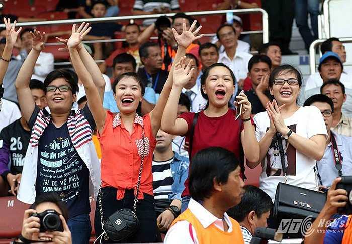 Các fan hâm mộ của ca sĩ Hồ Ngọc Hà, cổ vũ cho cô. (Ảnh: Quang Minh)