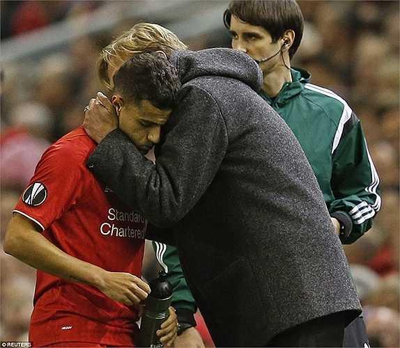 Klopp ôm Coutinho, đồng thời tranh thủ chỉ đạo chiến thuật