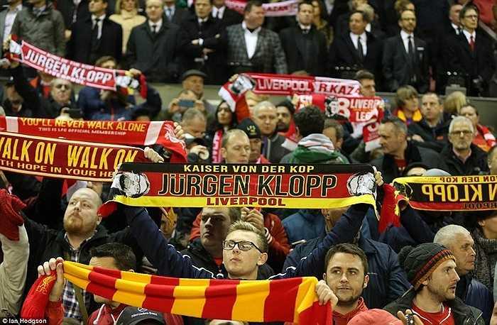 Các CĐV Liverpool cùng vì những màn biểu diễn say sưa của Klopp mà trở nên nhiệt tình hơn