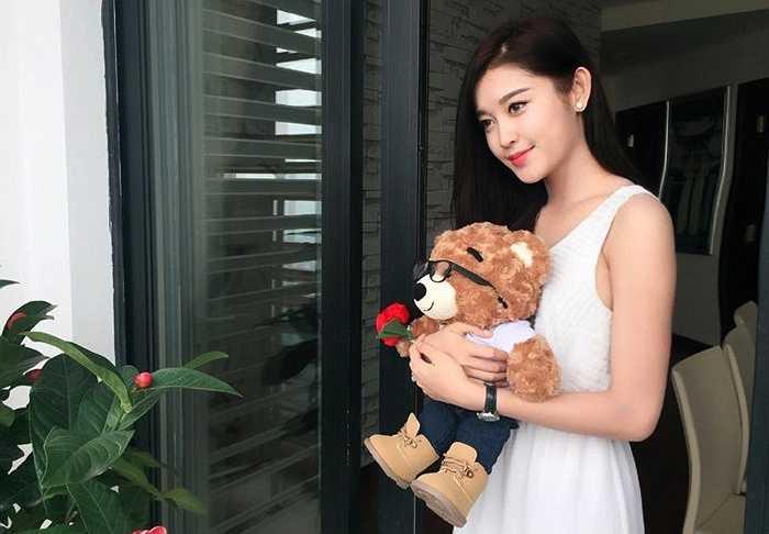 Tính cách của cô cũng còn khá trẻ con, hình tượng gắn liền với gấu bông, màu hồng.